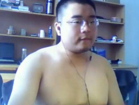 若いデブ動画 いい顔しています!メガネの短髪君が全裸でオナニー!