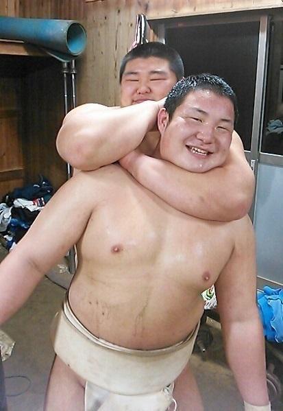 仲良く戯れる相撲部員二人をどうぞ!