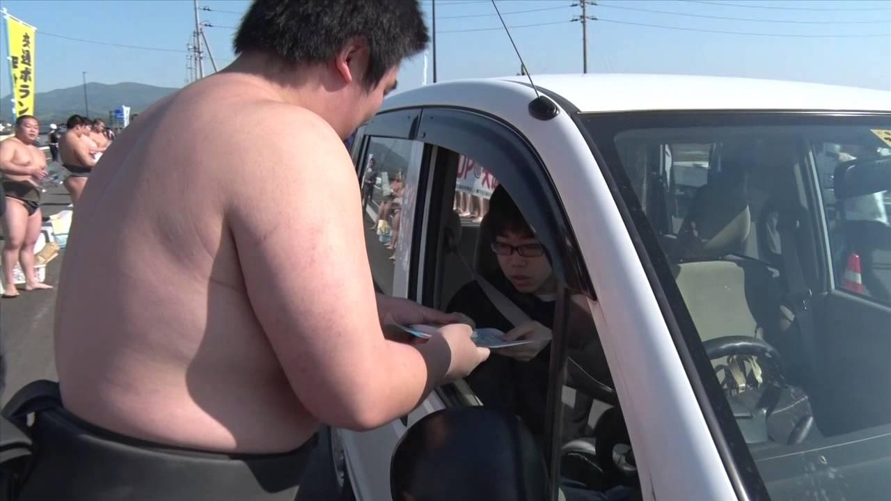学生相撲動画 こんなまわし姿の相撲部員が交通安全の呼びかけにきたらどうしますか?メガネの部員がかわいいっす!