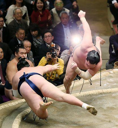 【画像】相撲でエネルギー弾が見れた!手前の力士が放ったエネルギー弾を間一髪よけたって図にしか見えない!
