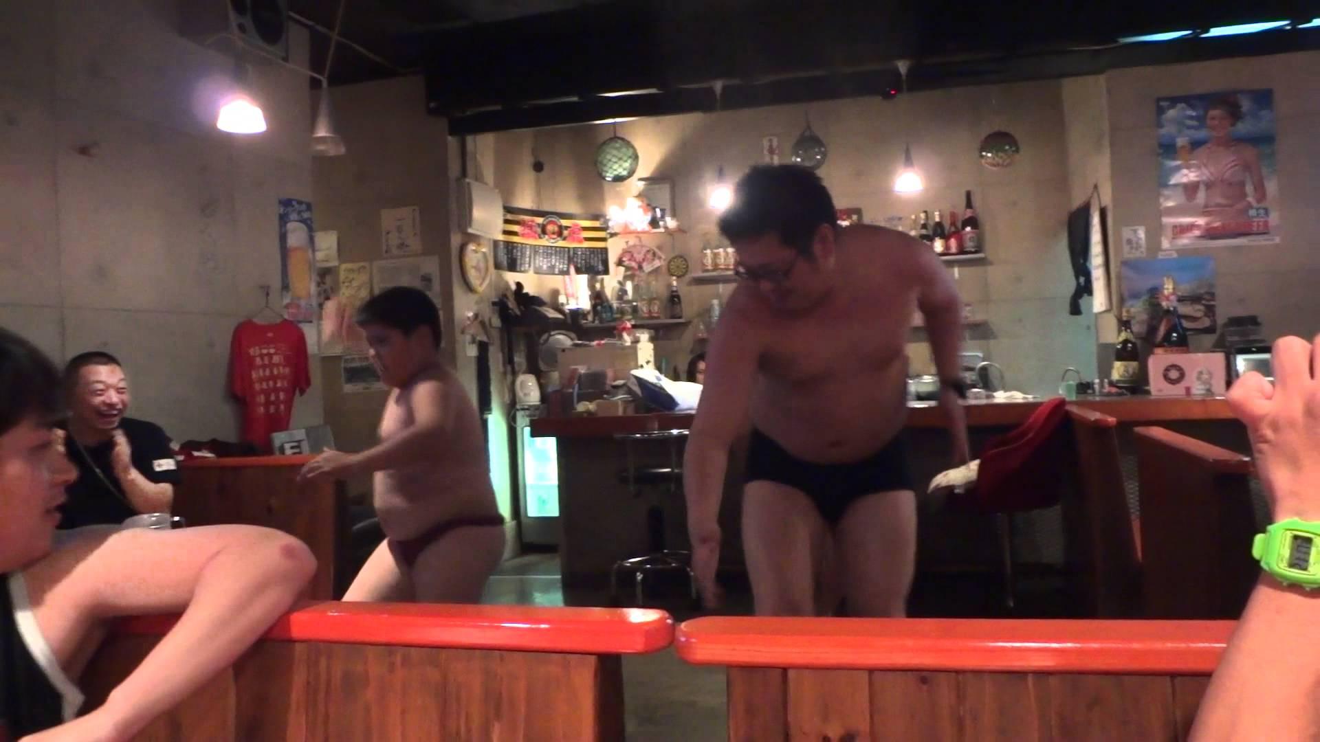 子分二人を引き連れたノンケのメガネデブ君の陽気に踊る姿を見る!