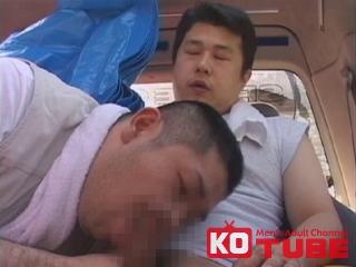 現場帰りのガテン野郎がトイレで同僚のチンポを見ちゃった!気持ちが高ぶり寝ている同僚のチンポを弄りだす!