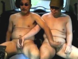 デブ動画 車の中で全裸になり二人でチンポをいじり合う。誰かに見られそうなのにケツに挿入までしちゃいます!