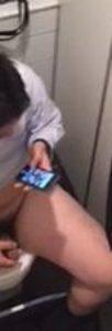 【本物ノンケ動画】ぽっちゃり体型の教師が個室トイレでオナニー!