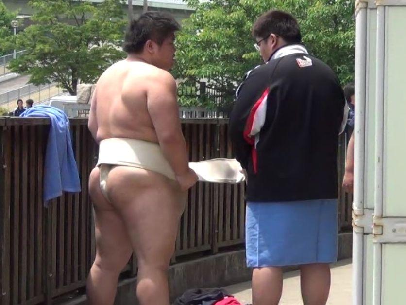 【相撲部画像】後輩が先輩のまわしを締めるのを手伝う姿。
