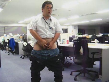 【ゲイ動画】大胆にも職場で露出ですか!中年リーマンさんが下半身露出オナニー!