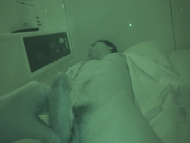 【本物ノンケ動画】カプセルホテルで爆睡中のガテン系に悪戯しちゃいました!