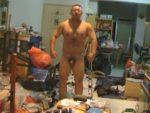 【デブ動画】坊主のデブマッチョ君、自分の身体を撮影するための準備か?