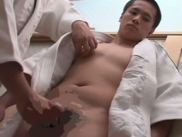 【ノンケ動画】イケメン柔道部員のムッチリ肉体!エロい姿勢で男に手コキをされてイクっ!