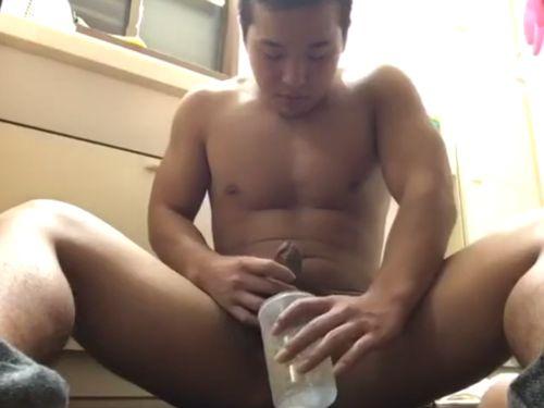 【ノンケ動画】容器に射精した自分の種汁を飲んでしまう!ガチムチ兄ちゃんの全裸オナニー。