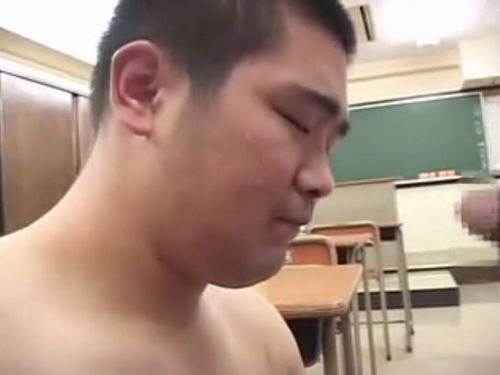 【デブゲイ動画】教室で短髪のかわいい学生デブ君がチンポをしゃぶる!そして、教壇で公開全裸オナニー!