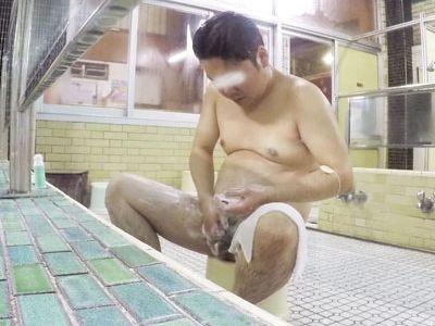 【本物ノンケ動画】ゆるぽ系のノンケ男子が銭湯で身体を洗うシーン。アソコのボリュームも凄い!