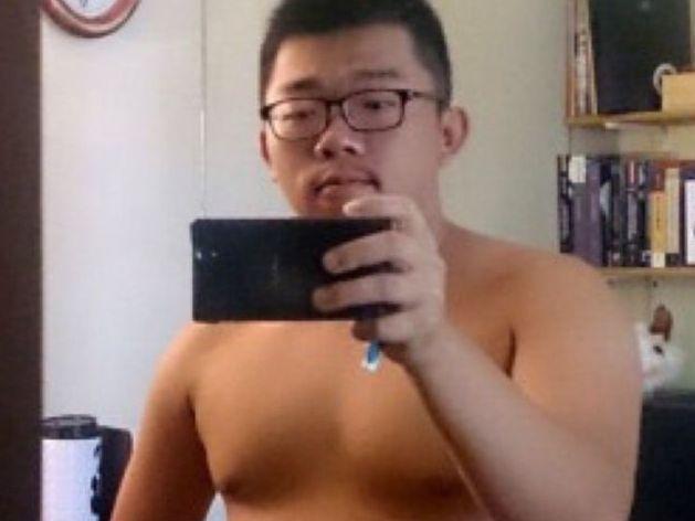 【デブ画像】アジア系のメガネデブ君、鏡に映る自分の姿を撮影しました。勃起チンポも見て下さい!