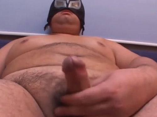 【期間限定デブ動画】若い覆面巨漢君のオナニー!ケツ弄りと手コキを男に手伝ってもらう。
