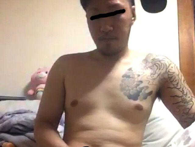 【本物ノンケ動画】厳つい刺青兄ちゃんが全裸になってチンポをシコシコ!