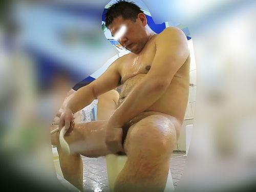 【本物ノンケ動画】ガチムチ親父の銭湯での姿、チンポはデカくて包茎!