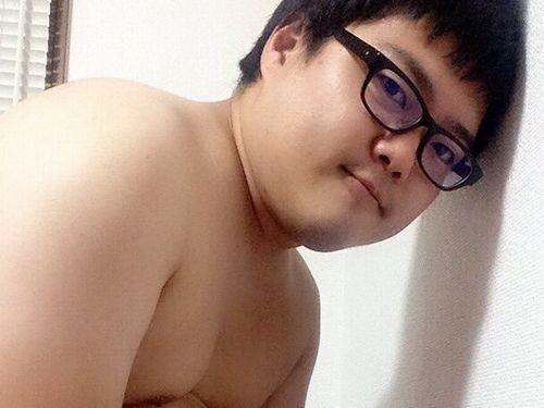 【若デブ画像】メガネを掛けた可愛いデブ男子の全裸画像