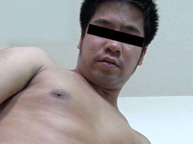 モッサリした感じのムッチリ男子が敏感乳首を弄られ完全勃起!