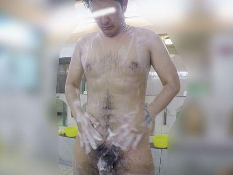 【本物ノンケ動画】銭湯で若い男子がカランの前で立ったままチンポを洗う!