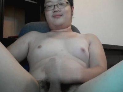 【デブ動画】めちゃくちゃ可愛い!アジア系の若デブ男子の全裸オナニー!