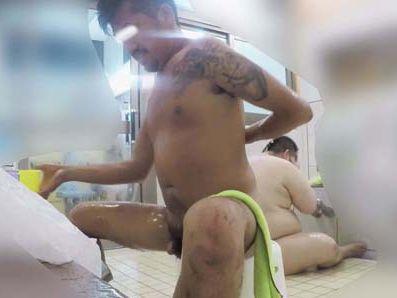 【本物ノンケ動画】刺青入りのメタボ親父が体を洗っている姿を見てみる!