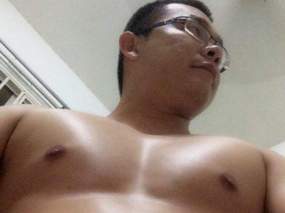 【デブ画像】アジア系眼鏡若デブ男子全裸画像