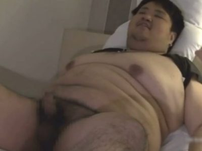 【デブ動画】素人ノンケの巨漢デブ男子学生が乳首を弄られ射精しちゃう!
