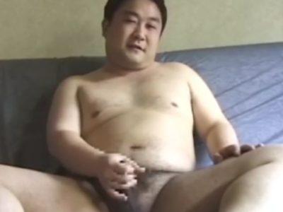 【デブ動画】かわいいデブリーマンの全裸オナニー!