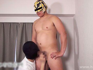 充実した肉体の覆面体育会系男子が男にシコられ射精後に潮吹き!