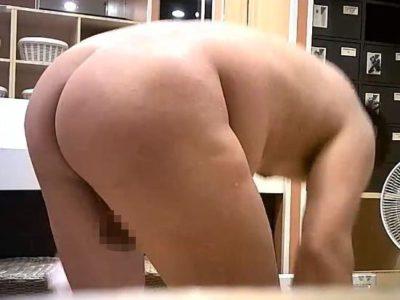【本物ノンケ動画】ノンケ中年男性の脱衣所でチンポもケツも丸見え盗撮!