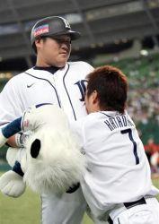 抱き付かれる野球選手