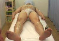 【デブ動画】ぽっちゃり男子を全裸エロマッサージ!もちろん手コキ射精で満足させます!